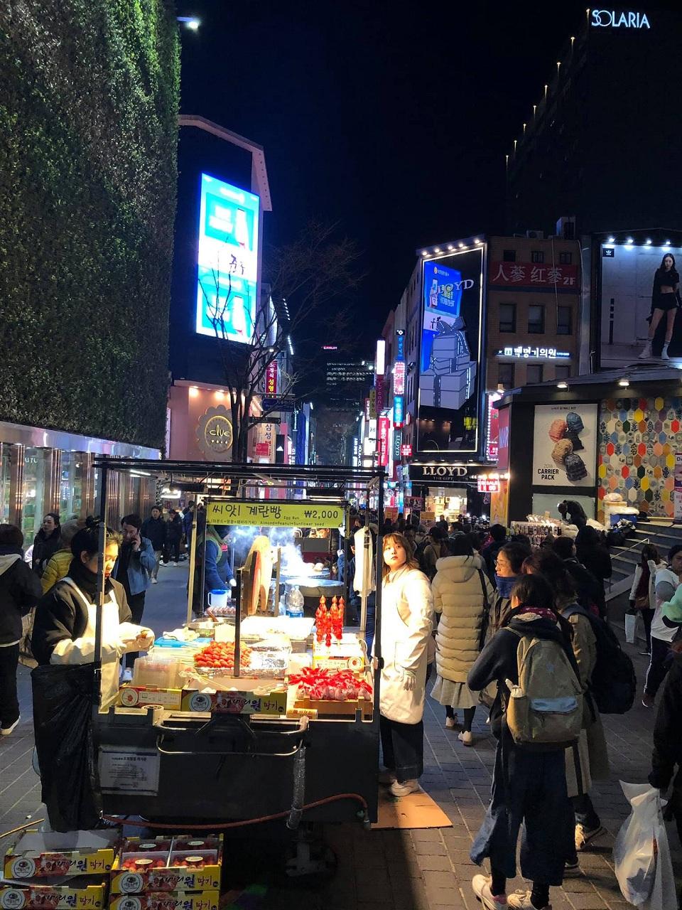 Chợ đêm tấp nập Myeongdong