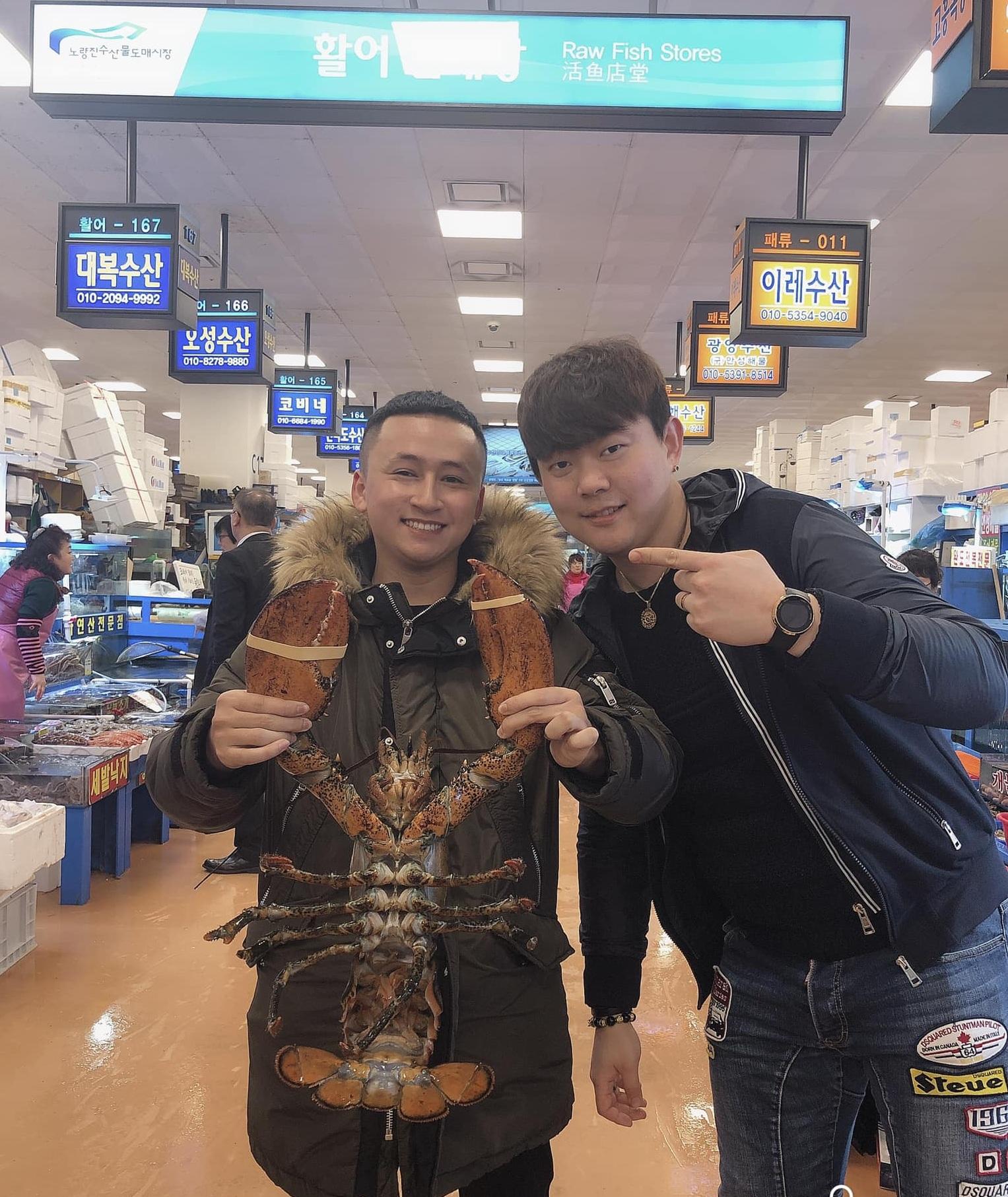 Con tôm hùm trong chợ cá Noryangjin
