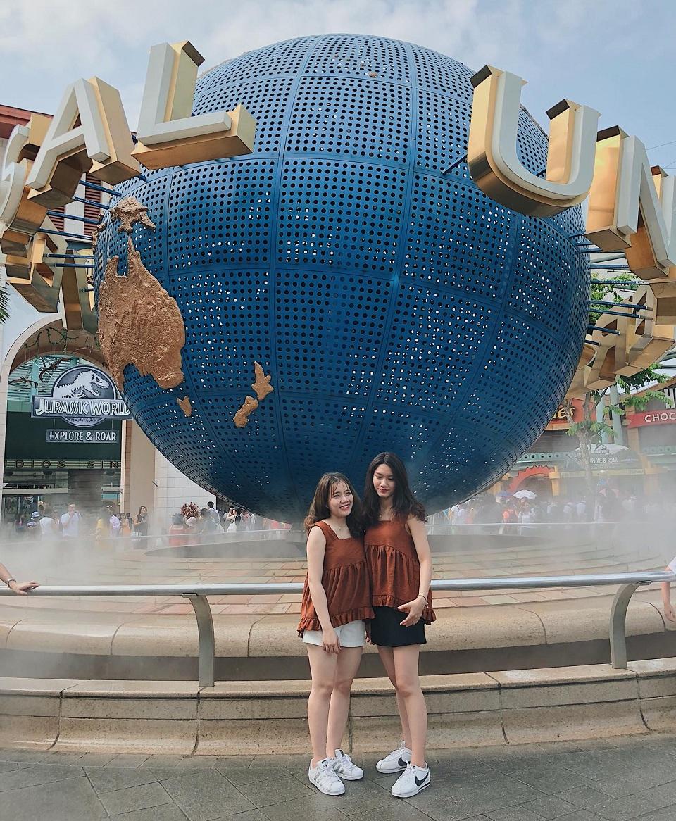 Quả Cầu ngay lối vào Universal Studio Singapore