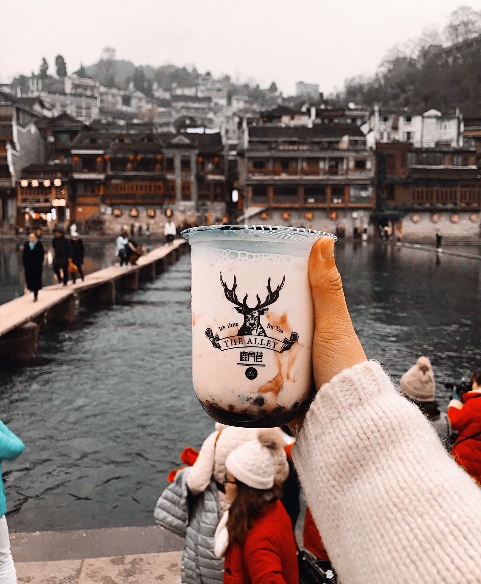 """Ly trà sữa bị """"lạc quẻ"""" trong không khí cổ xưa nơi đây"""